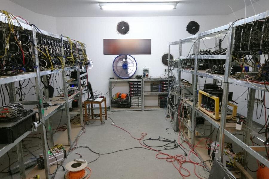 Stromklau für schnelles Kryptogeld: Diese Anlage von 49 Mining-Rechnern bezog Energie zwei Jahre lang am Zähler vorbei.