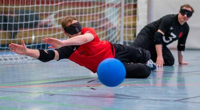 Oliver Hörauf wehrt im Training einen Ball ab, im Hintergrund sein Chemnitzer Mannschaftsgefährte Lars Geithner.