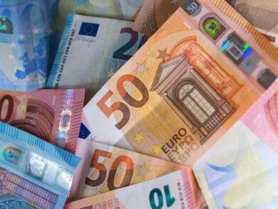Geld ausgeben scheint in der Corona-Krise gar nicht so einfach: Menschen in Deutschland haben so viel Vermögen angespart wie noch nie.
