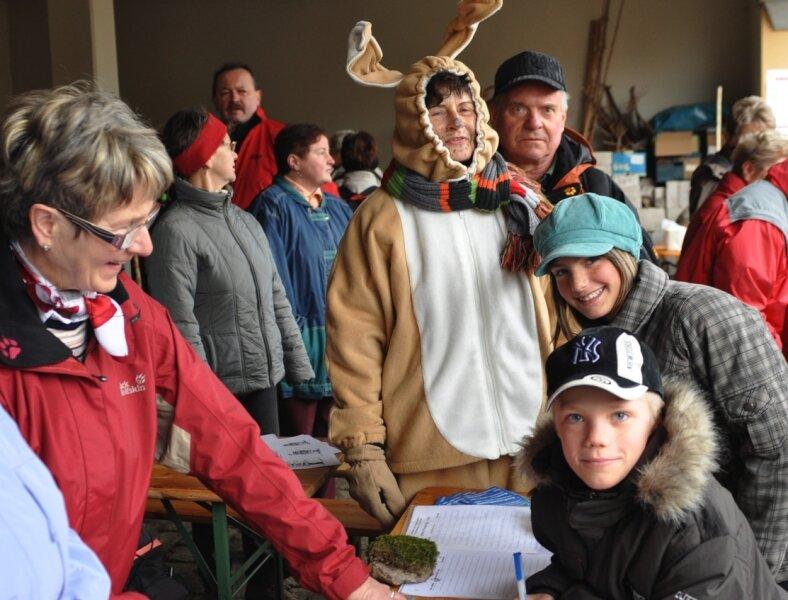 """<p class=""""artikelinhalt"""">Die Teilnehmer der Frühlingswanderung der Rodewischer Wanderfalken wurden in Oberlauterbach schon bei der Anmeldung vom Osterhasen begrüßt.</p>"""