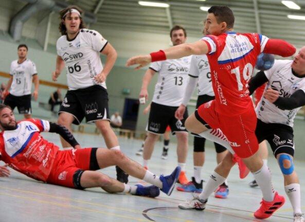 Ihr vorerst letztes Oberliga-Heimspiel bestritten die Handballer aus Glauchau und Meerane - in dieser Szene zieht Vasek Klimt ab - am 25. Oktober in der Karl-Heinz-Freiberger-Halle gegen Delitzsch. Die Meeraner Spielstätte ist in der neuen Saison dreimal als Austragungsort für Punktspiele vorgesehen.