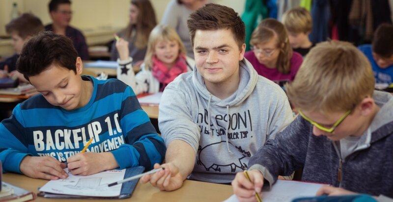 Der Lehrer ist hier fast nicht auszumachen und wird trotzdem respektiert: Willy Seifert zwischen den Siebentklässlern der Oberschule Weißig.