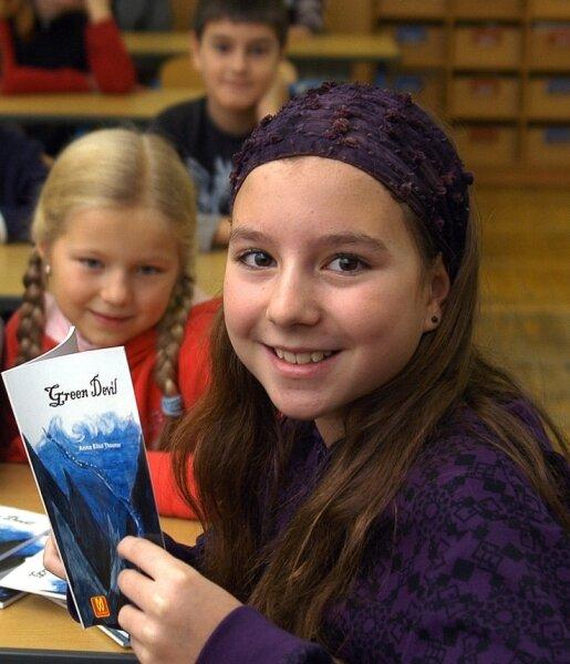 """Anna Elisa Theumer hat in ihrer früheren Grundschule """"Adam Ries"""" aus ihrem ersten Buch """"Green Devil"""" gelesen."""