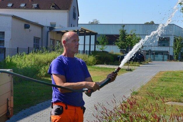 Michael Kratzin vom Frankenberger Bauhof bewässert Pflanzen in der Zschopauaue. Der 6,1 Hektar große Naturerlebnisraum war Teil der 8. Sächsischen Landesgartenschau im Vorjahr in Frankenberg.