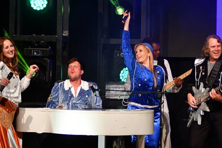 """Abba richtig live: Coverband verzückt Publikum im """"Stadtpark"""""""