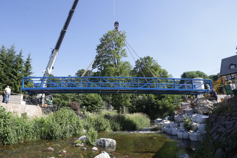 Die blaue Fachwerkonstruktion führt ab November Fußgänger über die Zwönitz.