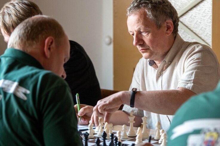 Der Geringswalder Schachspieler Dirk Kapplick (r.) steuerte am letzten Spieltag gegen Stollberg ein Remis bei. In der abgelaufenen Saison holte er 4,5Punkte aus sieben Partien.