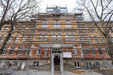 Mehrere Ziergiebel an der Trützschler-Oberschule, auch der über dem Haupteingang, sind vom Zahn der Zeit stark angegriffen. Jetzt sollen sie schnell saniert werden.