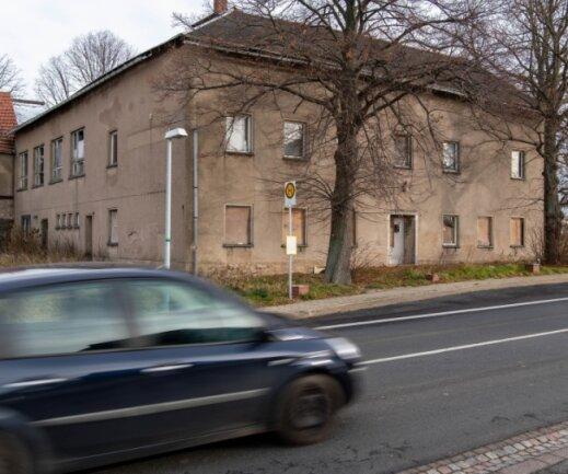 """Der ehemalige Gasthof """"Zur Linde"""" an der Straße zwischen Rochlitz und Erlau steht seit rund 20 Jahren leer und verfällt. Der jetzige Besitzer erwägt offenbar, das Gebäude zu verkaufen."""