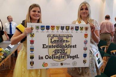 Zwei Majestäten präsentieren das offizielle Ausrichterschild: Sperkenprinzessin Lisa Hohberger (links) und die Vogtländische Kartoffelprinzessin Selina Kohl.