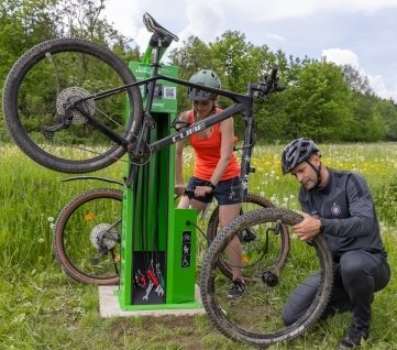 Mareike Fiedler und Robert Gropp testen die neue Notfallstation für Fahrräder.