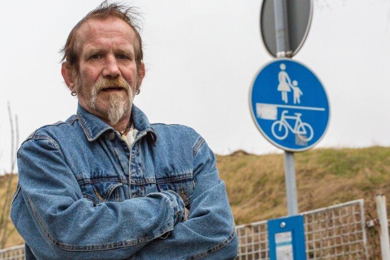 Rudi Tauer hat in seinem Leben noch kein Auto besessen. Er schlägt sich immer mit dem Fahrrad, zu Fuß, mit öffentlichen Verkehrsmitteln oder per Anhalter zu seinen Zielen durch.