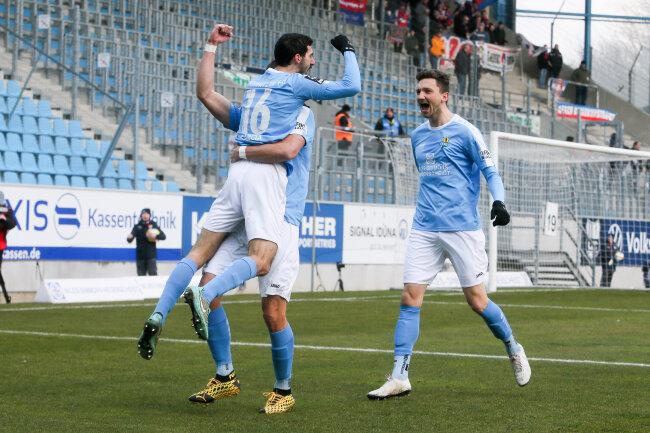 Tor für Chemnitz, Rafael Garcia (16, Chemnitz), Sören Reddemann (verdeckt, 25, Chemnitz) und Matti Langer (29, Chemnitz) jubeln nach dem Treffer zum 1:0.