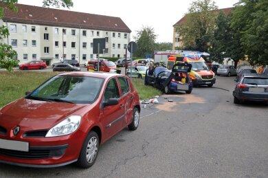 Auf dem Weg zum Altglascontainer in der Fritz-Heckert-Siedlung in Hohenstein-Ernstthal hat sich am Montag ein Unfall mit dreiAutos ereignet.