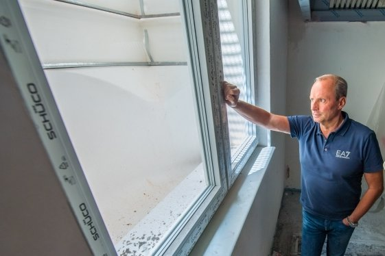 Durch dieses Fenster waren Einbrecher in das Gebäude eingedrungen. Für Geschäftsführer Lutz H. Uhlig war das aber nicht der einzige Diebstahl auf dem Gelände.