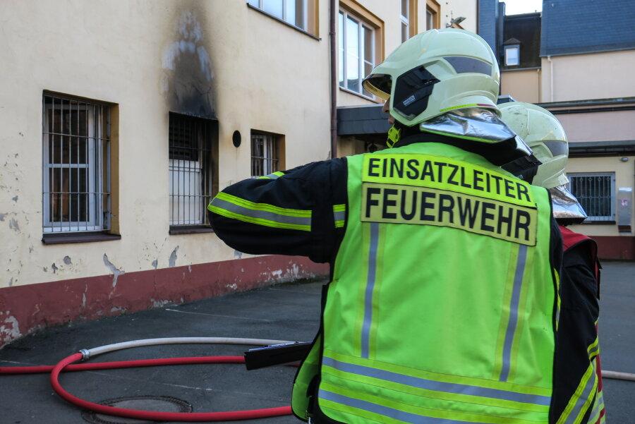 Ein Brand in Aue hat am Mittwochmorgen die Feuerwehren aus Aue, Bad Schlema und Alberoda auf den Plan gerufen.