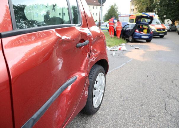 Ein älterer Mann fuhr gegen 10.15 Uhr erst gegen einen entgegenkommenden Renault und anschließend gegen einen Opel.