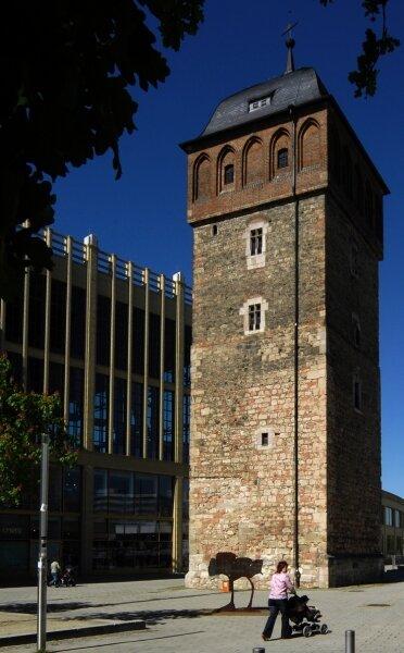 Das Mauerwerk an der Fassade des Roten Turms zersetzt sich langsam, deshalb wird es saniert. Um die Nutzung des Turms soll sich eine neue Arbeitsgruppe Gedanken machen.