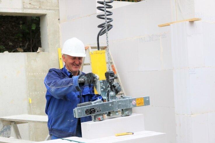 """Steffen Buschbeck von der """"Glück Auf"""" GmbH Lauterbach ist mit seinen Kollegen derzeit mit dem Bau des Kellers beschäftigt, über dem dann das Seniorenpflegeheim der Lebenshilfe weiterwächst."""