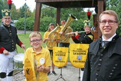 """Vereinsvorsitzender Richard Thum (r.) mit Mitgliedern des Bergmusikkorps """"Saxonia"""". Diese Woche starten sie wieder ihre Proben."""