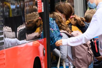 Zu Beginn des neuen Schuljahres weist der Zweckverband ÖPNV Vogtland auf die Pflicht zum Tragen eines Mund-Nasen-Schutzes in Bussen und Straßenbahnen hin (Symbolbild).