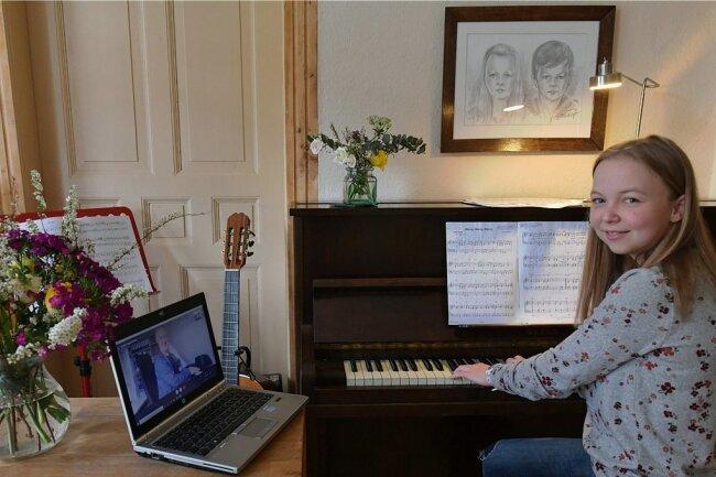 Die Freibergerin Meret Kalkbrenner absolviert Online-Musikunterricht mit ihrem Lehrer André Engelbrecht, der ihr am Laptop zugeschaltet ist. Sie möchte die Aufnahmeprüfung an einer Uni für ihr Lehramtsstudium in Musik bestehen.