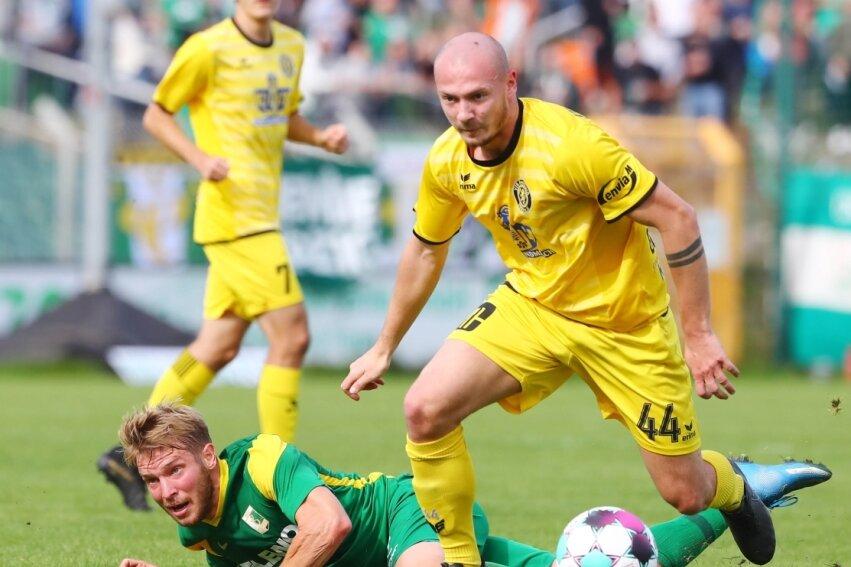 Chemie Leipzigs Florian Brügmann am Boden, Auerbachs Aleksandr Guzlajevs zieht mit dem Ball am Fuß vorbei. Am Ende nahm Auerbach einen Zähler aus dem Alfred-Kunze-Sportpark mit.