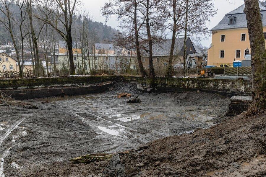 Der leere Rathausteich in Thum. Die Bauarbeiten zu dessen Sanierung sind bereits in vollem Gange.