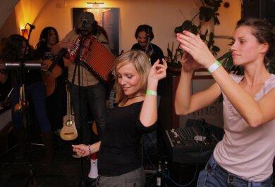 """<p class=""""artikelinhalt"""">In der """"Zweibar am Altmarkt"""" haben die Partygäste bei Latinomusik der Münchener Band Palo Santo getanzt. Zu den Besuchern dort gehörte am späten Abend auch Sänger Max Raabe. </p>"""