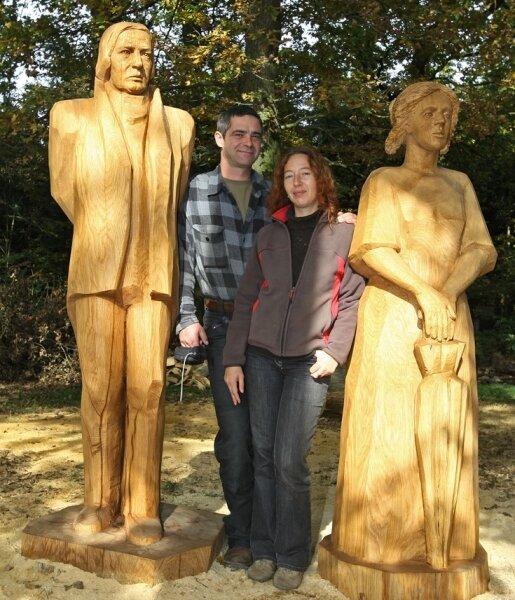 Zen Boguslaw mit Robert und Malgorzata Korenkyewicz mit Clara Schumann. Die beiden Künstler haben die überlebensgroßen Plastiken aus Holz geschaffen.