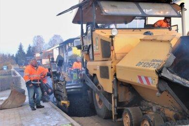 Am Siedlungsweg in Gahlenz wurde der Asphalt eingebracht. Die Straße soll noch vor den Feiertagen fertig werden.