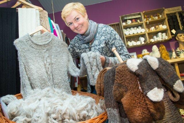 Aus der Wolle der Tiere wird Kleidung gefertigt. Zu kaufen gibt es die im Hofladen von Babett Eckardt in Memmendorf.