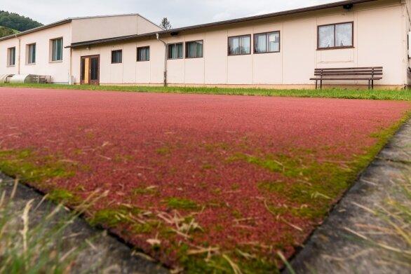 Der Sozial- und Umkleidebereich (vorn) der Schulsporthalle Blumenau soll von einem Neubau ersetzt werden.