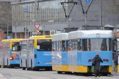 Busse und Straßenbahnen der CVAG auf der Straße der Nationen. Weil Fahrer fehlen, lässt der Nahverkehrsbetrieb seine Fahrzeuge ab dem kommenden Montag erstmals außerhalb der Sommerferien nach dem Fahrplan rollen, der sonst nur für sechs Wochen im Juli und August gilt.