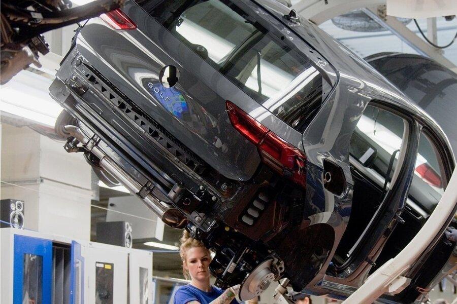 Noch arbeiten Mitarbeiter an einem Volkswagen Golf 8 an einer Produktionslinie im VW Werk in Wolfsburg.