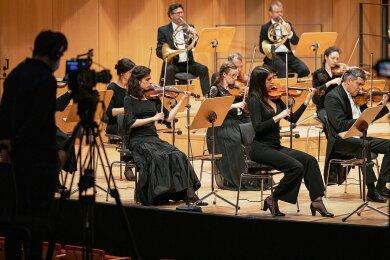 Das Eröffnungskonzert der Dresdner Musikfestspiele am Montagabend wurde per Livestream aus dem Kulturpalast übertragen. Auf dem Programm standen die ersten beiden Sinfonien von Robert Schumann.