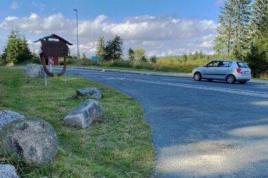 Die Zufahrt zum Parkplatz an der Sommerrodelbahn in Mühlleithen ist von der Steinbarriere befreit und kann genutzt werden.