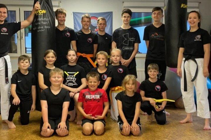 Optimistisch an die erste Bewährungsprobe: Die Kickboxgruppe aus Mönchenfrei mit ihren jungen Trainern Isabell Schaefer und Benedikt Schult (l.). Auf acht Aktive wartet am Samstag die DM.