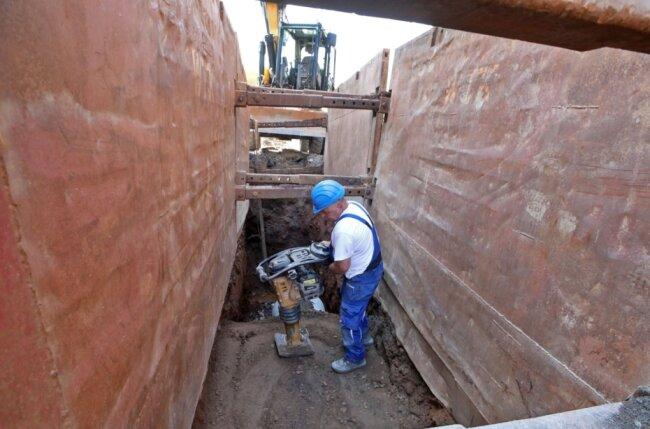 Die ersten Meter der Abwasserrohre sind bereits 3,20 Meter unter der Straße verlegt. Es ist nur der erste von fünf Bauabschnitten. Ab November soll die Straße wieder frei sein. Der nächste Abschnitt beginnt 2022.