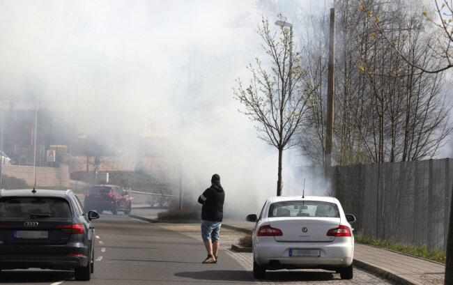 Am Freitag gegen 10.45 hat in der Nähe des Bahnhofs in Hohenstein-Ernstthal ein Bahndamm gebrannt.
