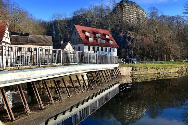 Schloss Sachsenburg thront hoch über der Zschopau. Dass das Baudenkmal eine Baustelle ist, ist weithin sichtbar.