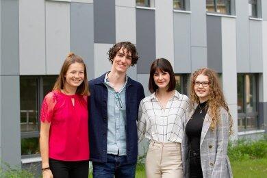 Nicht nur die drei Lessing-Gymnasiasten Bonifác Almási, Luisa Baumgärtner (2. von rechts) und Emilia Fischer (rechts) haben einen Abitur-Durchschnitt von 1,0 zu bieten. Auch Lisa Klein (links) hat in jedem Fach eine glatte Eins.