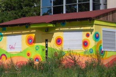 Ein bunter Container steht auf einer freien Fläche im Plattenbaugebiet Grünau in Leipzig. Hier soll zukünftig der Campus für die erste Gemeinschaftsschule in Sachsen entstehen.