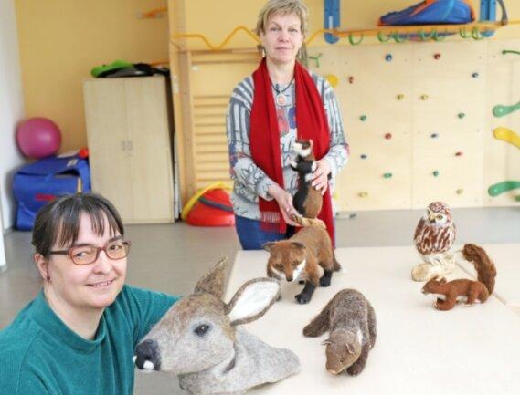 """Ina Jeromin (l.) und Cornelia Riedel mit den Filzfiguren aus der """"Natur-Kiste"""", die vor allem Seniorenheime ausleihen können."""