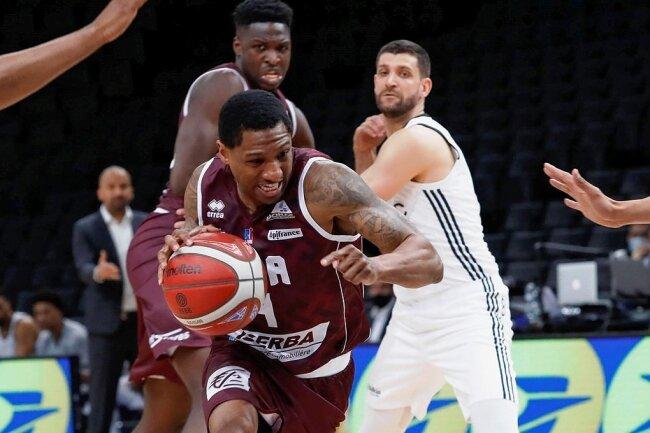 Erfahrener Mann für die Niners Chemnitz: Gerald Robinson (am Ball, hier noch im Trikot des französischen Erstligisten JDA Dijon) wechselt zum Basketball-Bundesligisten.