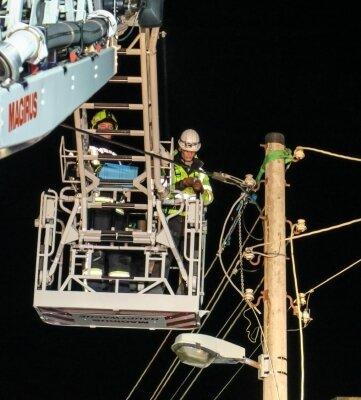 In luftiger Höhe ging es darum, den Schaden an der Freileitung in Bermsgrün zu begutachten und notdürftig zu beheben.