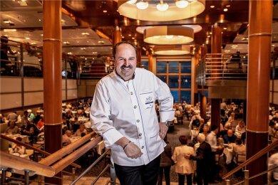 """Sternekoch wider Willen: Da arbeitet der Österreicher Johann Lafer doch viel lieber für das elegant eingerichtete Restaurant """"Atlantik"""" auf der """"Mein Schiff Herz""""."""
