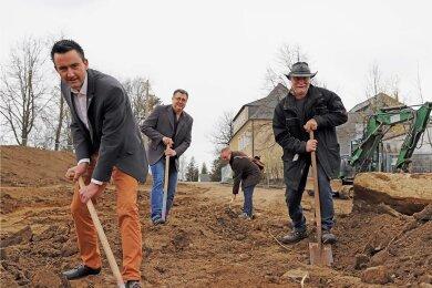 Der erste Spatenstich ist getan: Bürgermeister René Straßberger (v. l.), Schulleiter Karsten Hennig, Bauingenieur Thomas Müller und Baugrundgutachter Michael Trinkler legen sich ins Zeug.
