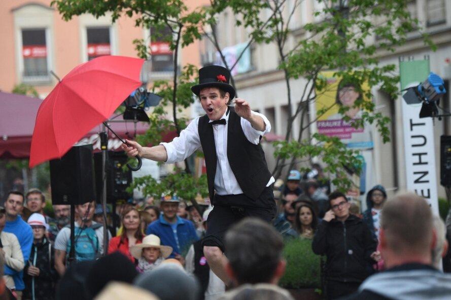 Artistik, Jonglage, Musik, Comedy und jede Menge Kunst erwarten Besucher des Hutfestivals in den Gassen und auf den Plätzen der City. So wie auf dem Bild bei der zweiten Auflage des Festes 2019 sollen die Gäste durch die City flanieren und den Auftritten der Straßenkünstler zuschauen können.