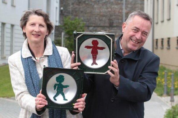 Der Vater in Rot hat eindeutig weniger Bauch als in den bekannten Bildergeschichten. Die damalige Chefin des Erich-Ohser-Haus, Elke Schulze, und Plauens Oberbürgermeister Ralf Oberdorfer freuten sich im April 2018 trotzdem über ihre neuen Verkehrshelfer.